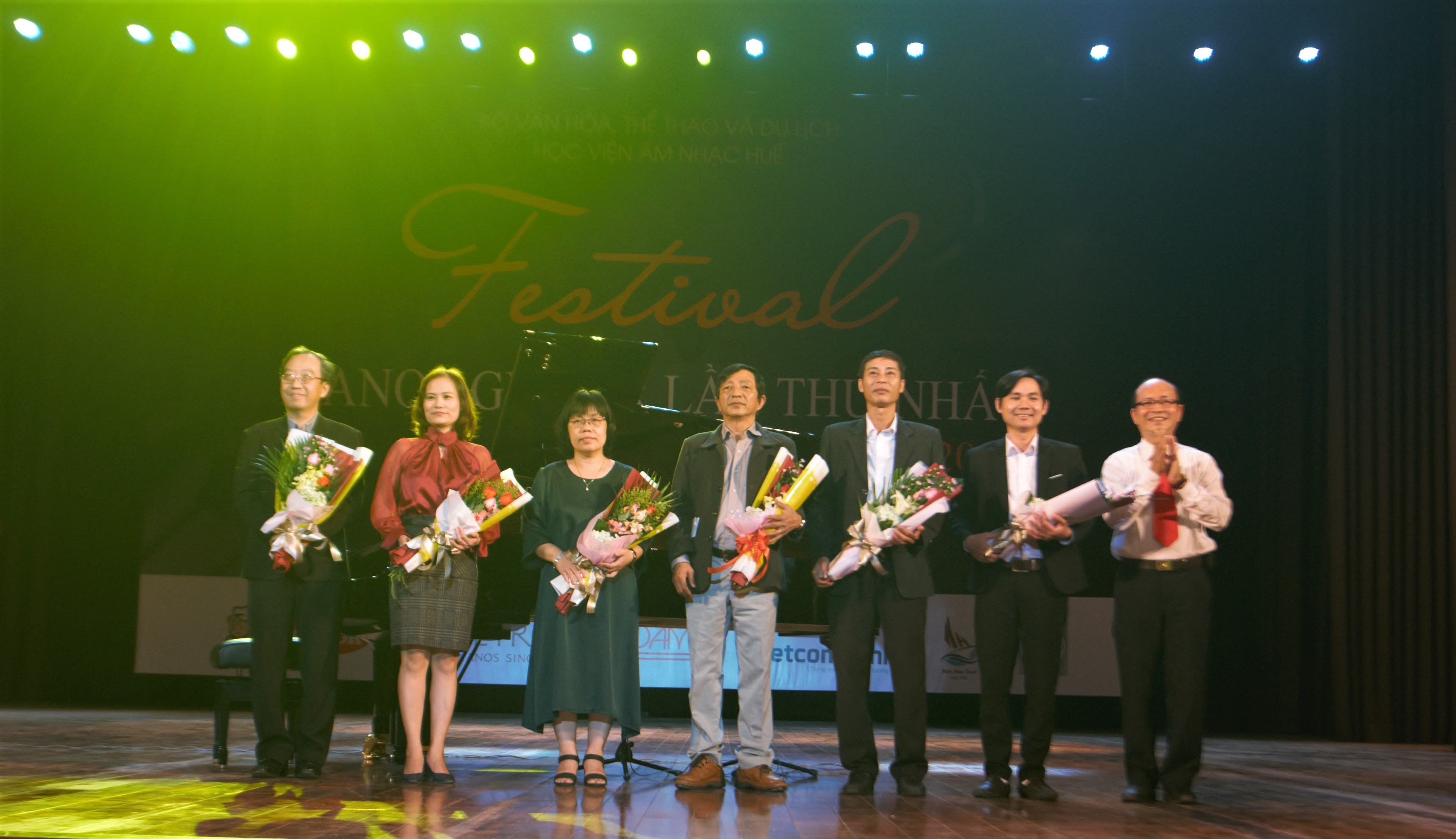 ThS. Hoàng Thanh Sơn – Phó Giám đốc Học viện tặng hoa cho Ban giám khảo Festival Piano – Guitar lần thứ nhất