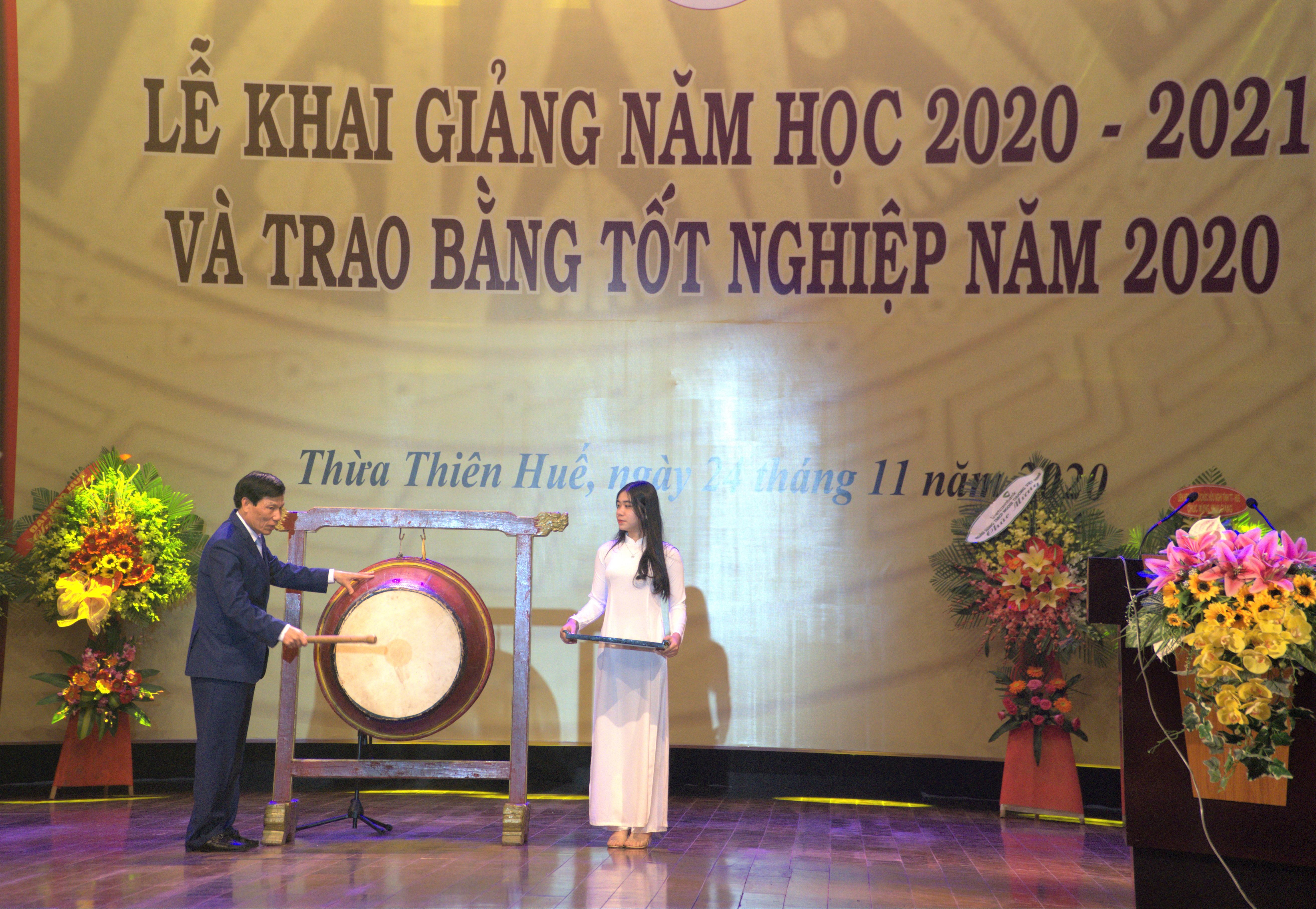 Bộ trưởng Bộ VHTTDL Nguyễn Ngọc Thiện đánh trống khai giảng năm học 2020 – 2021