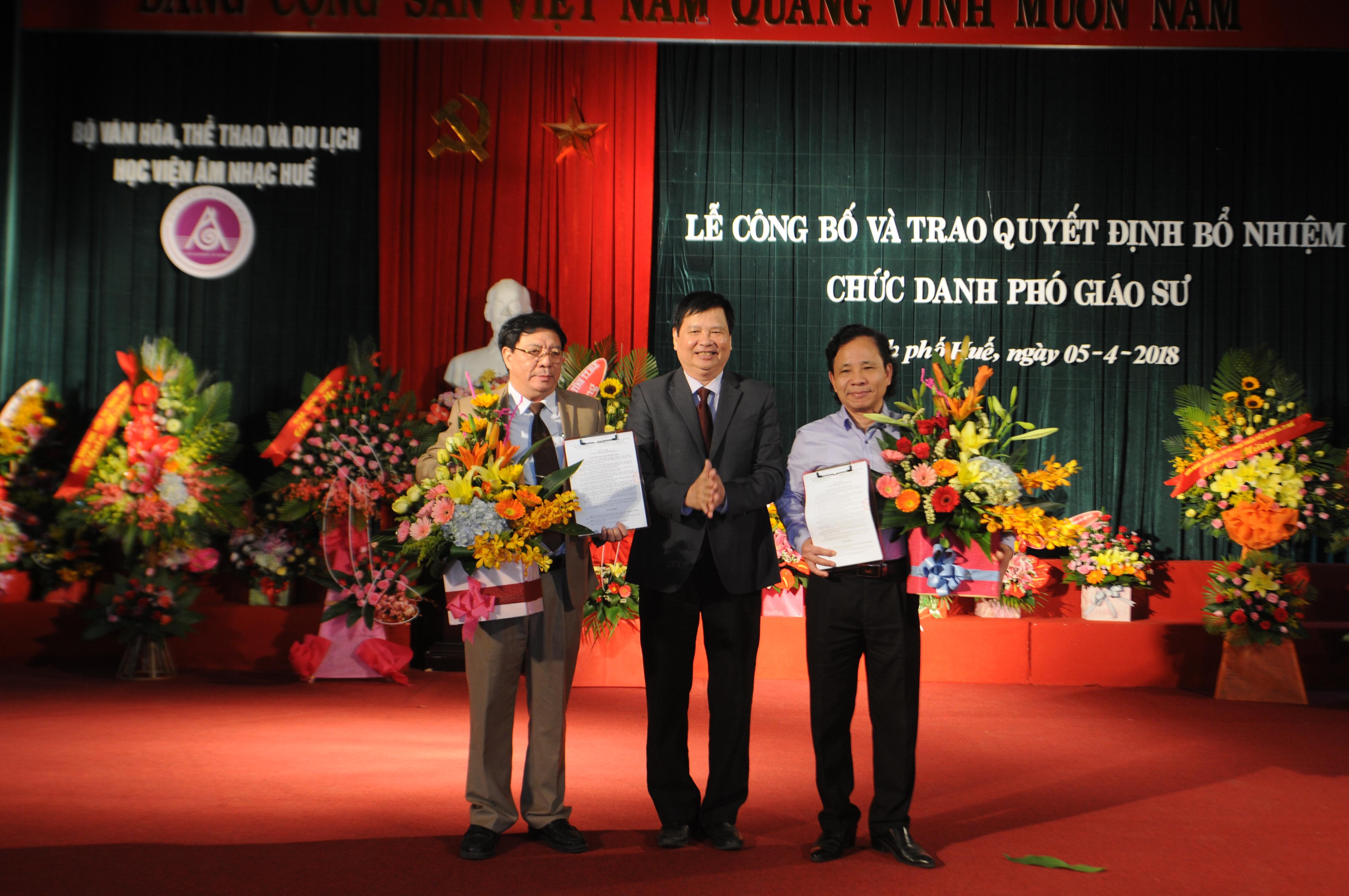 Huong Giang band performed periodically at 3/2 park